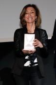Yolanda Flores con su Medalla.